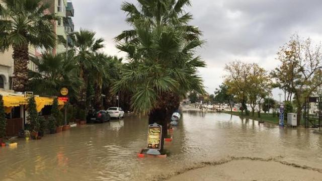 Silivri'de sağanak yağış ! Sahil sular altında kaldı