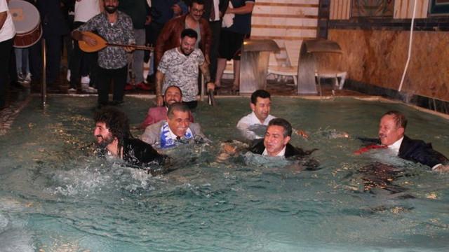TRT canlı yayınında ilginç anlar ! Takım elbiseyle havuza girdiler