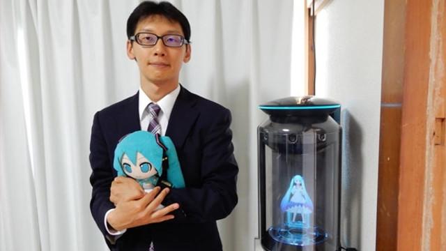 Bir hologramla evlendi