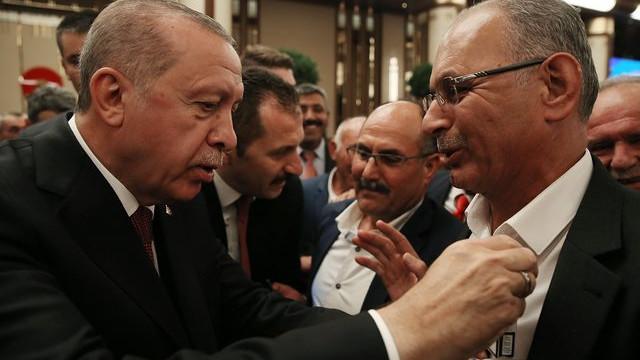 Erdoğan muhtarın sigara paketini aldı…