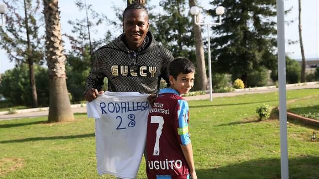 Hugo Rodallega hayranı olan taraftarla bir araya geldi