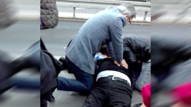 Metrobüs durağında kalp krizi geçirdi