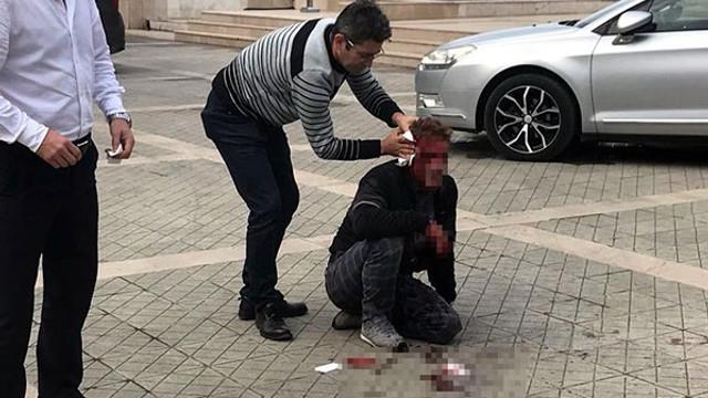 Kardeşinin cinayet sanığını kulağından bıçakladı