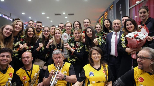 Dünya şampiyonu VakıfBank Türkiye'ye döndü