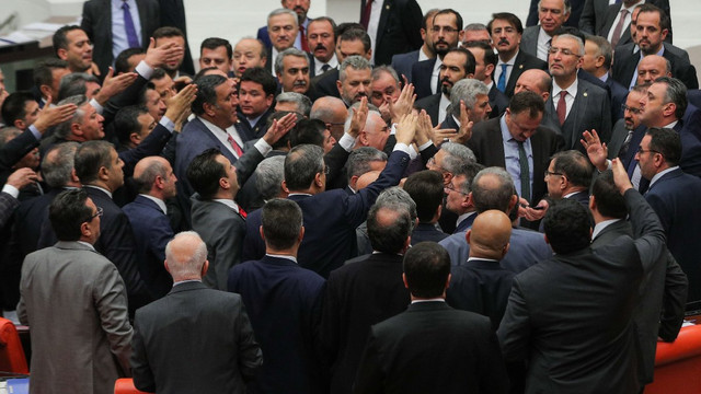 Meclis'te FETÖ kavgası ! İki parti birbirine girdi