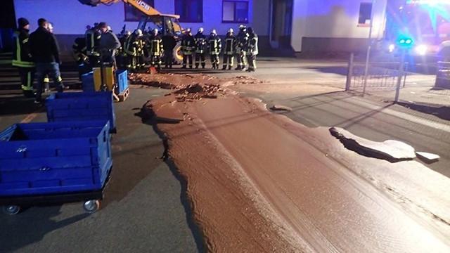 Depodaki çikolatalar sokaklara yayıldı