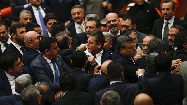 Meclis'te tansiyon yükseldi ! Birbirlerine girdiler