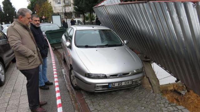 Maltepe'de kaldırım çöktü, otomobil askıda kaldı