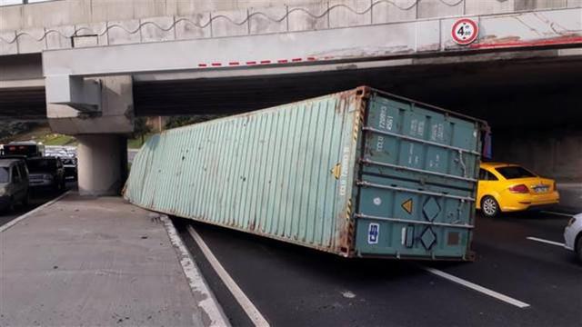 İstanbul'da TIR üst geçite çarptı, trafik durdu