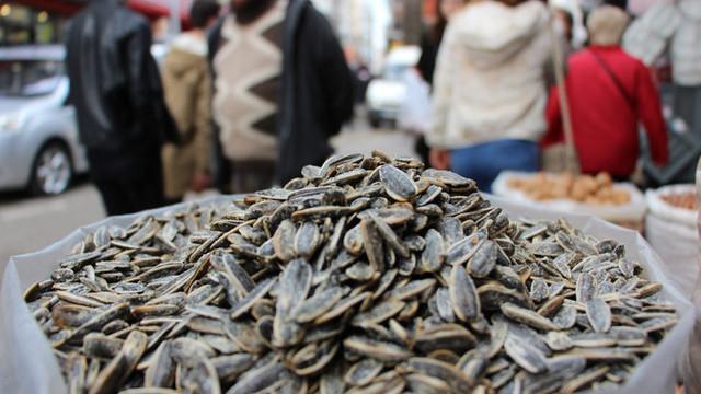 Herkes siyah Çin çekirdeği yiyor