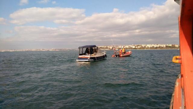 Kadıköy'de tekne kayaklıklara çarptı
