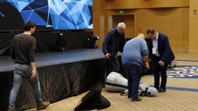85 bin TL'lik insansı robot sahneden uçtu