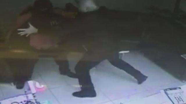Kuyumcu, soyguncuyu böyle etkisiz hale getirdi