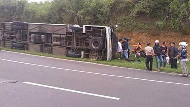 Yolcu otobüsü devrildi: 27 ölü