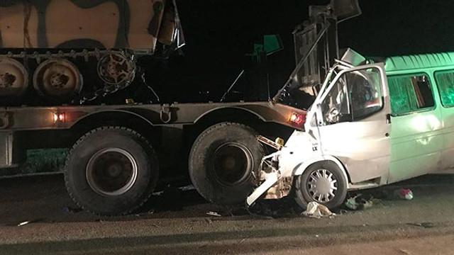 Askeri araçla minibüs çarpıştı: Ölü ve yaralılar var