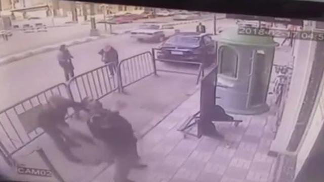 Balkondan düşen çocuğu havada yakaladı