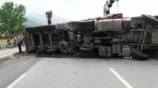 Kuzey Marmara Otoyolu'nda TIR devrildi