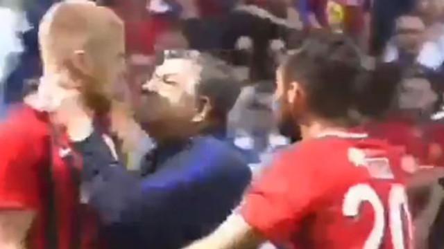 Yılmaz Vural futbolcusunun boğazına sarıldı !