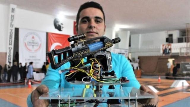 Liseli gençler askerler şehit olmasın diye savaş robotu yaptılar