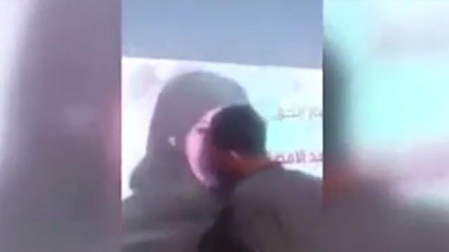 Kadın adayının afişini öpünce ortalık karıştı