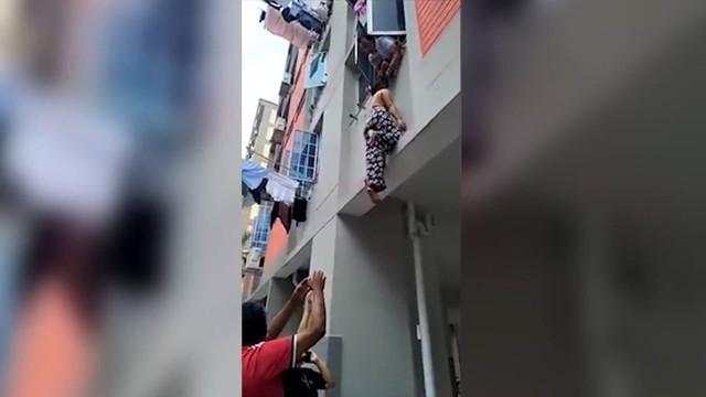 Camdan düşen kadını saçlarından tuttu
