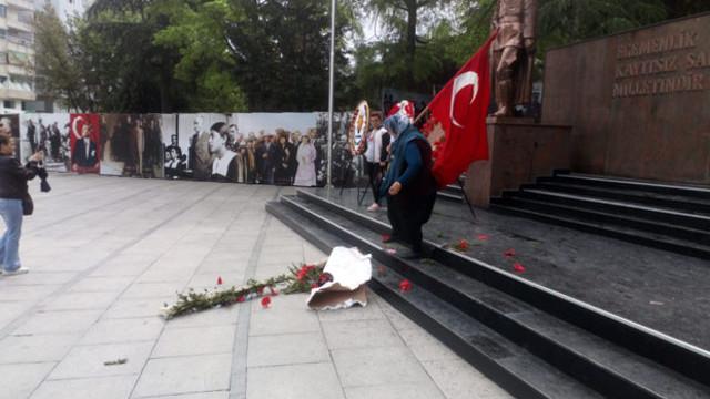 Atatürk anıtındaki HDP CHP çelengini parçaladı !
