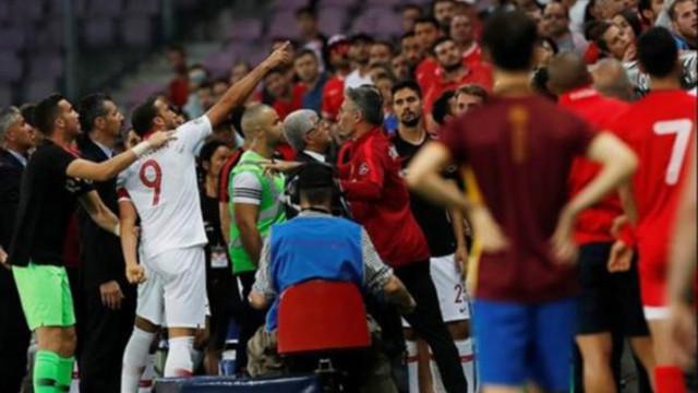 Cenk Tosun'u çıldırtan olay: Kırmızı kart gördü