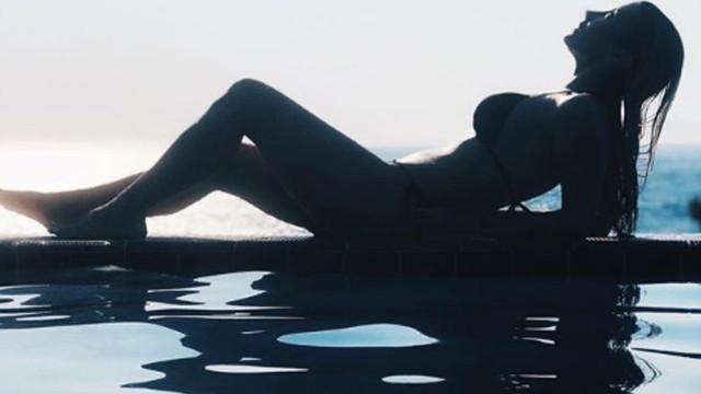 Bikinili pozu sosyal medyayı salladı !
