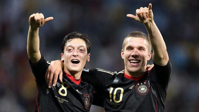 Podolski'den sürpriz Mesut Özil paylaşımı !