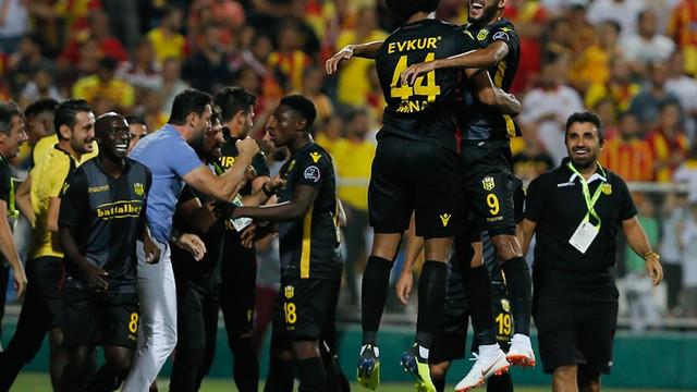 İzmir'de çılgın maç ! 4 gol 3 kırmızı kart...