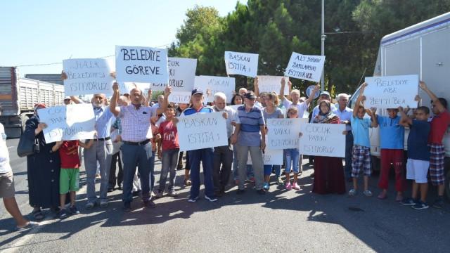 Halk sokağa döküldü, belediye başkanını istifaya çağırdı