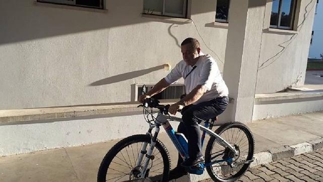 Makam aracından indi 23 bin TL'lik bisiklete bindi