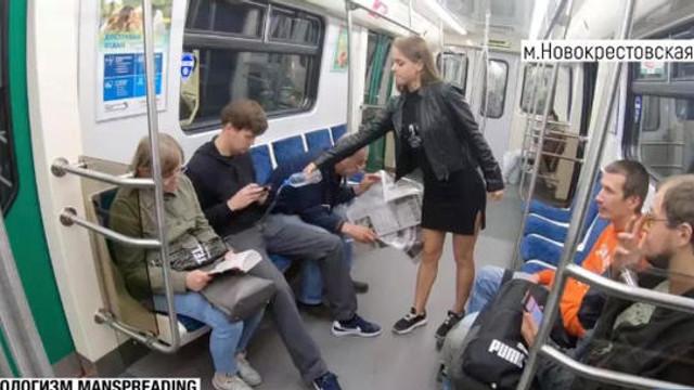 Metroda yayılarak oturan erkeklere çamaşır suyu sıktı