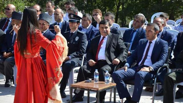 Şehitler anıtı önündeki ''Erik dalı'' krizi istifa getirdi