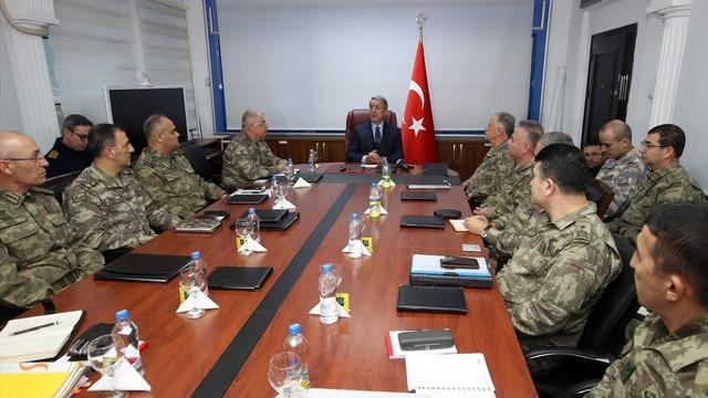 Sınıra giden Bakan Akar'dan askeri harekat açıklaması
