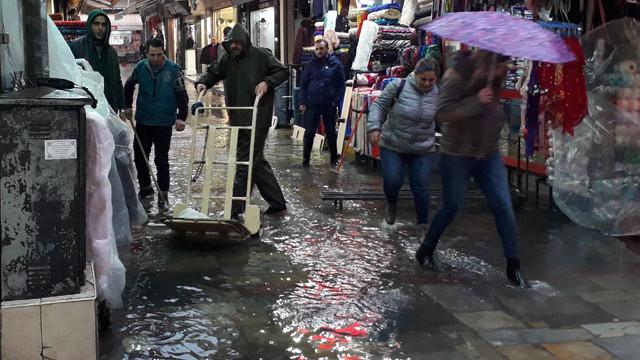 İzmir'de şiddetli yağmur; tarihi çarşı sular altında !