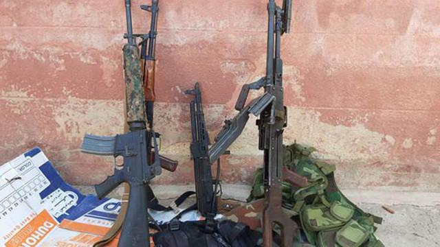 YPG'li teröristler silahlarını bırakıp kaçıyor