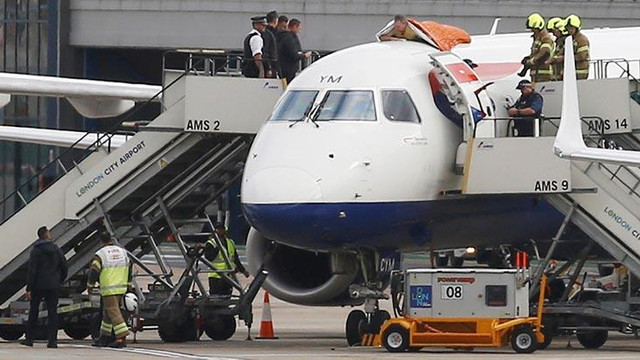 Uçağın üzerindeki protestosunu canlı yayınladı