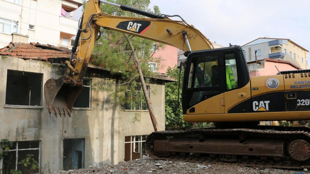 Kartal Belediyesi, riskli yapılar ve metruk binaların yıkımına devam ediyor