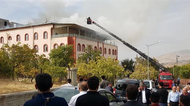 Kuran kursu binasında korkutan yangın; çatı çöktü!