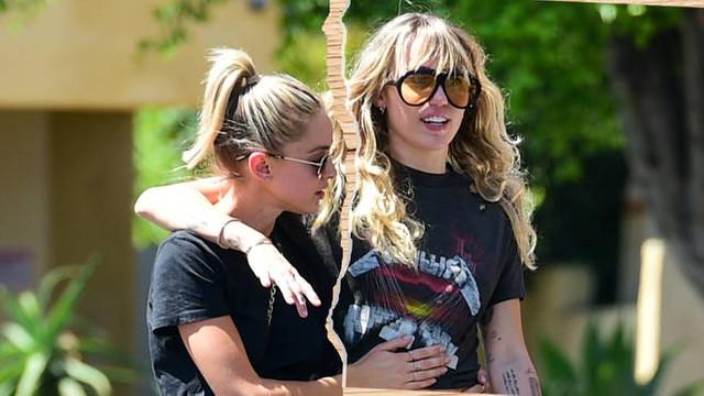 Miley Cyrus yeni sevgilisiyle yatakta Joker pozu