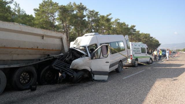 Rus mühendisleri taşıyan minibüs kaza yaptı: 2 ölü