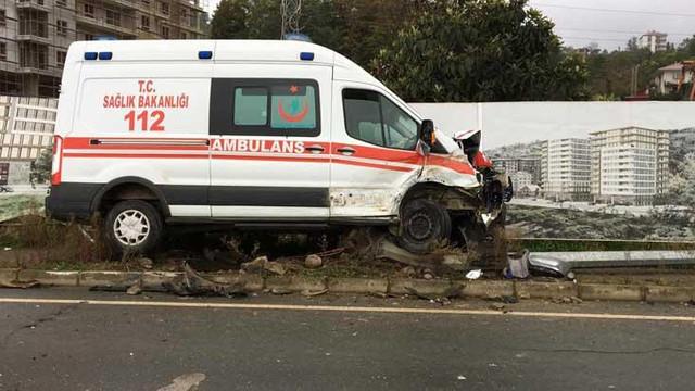 Ambulans ile kamyonet çarpıştı: Yaralılar var