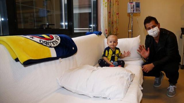 Emre Belözoğlu, kanser hastası Çınar Aydın'ı ziyaret etti