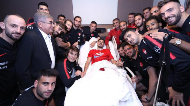 A Milli Futbol Takımı Dorukhan Toköz'ü ziyaret etti