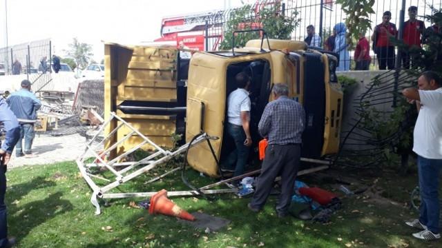 Freni patlayan kamyon yan yattı, çok sayıda yaralı var