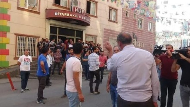 Diyarbakır'da HDP binası önünde gerginlik !