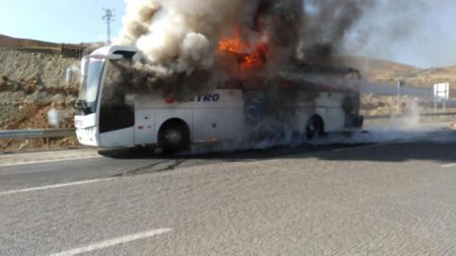 Metro Turizm'e ait yolcu otobüsü yandı