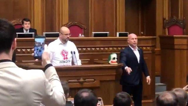 Meclise joker maskesiyle geldi