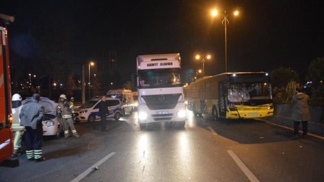 İETT otobüsü, otomobile çarptı: Yaralılar var